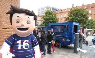 Toulouse, le 10 juin 2015. Le camion du programme des volontaires pour l'Euro 2016 de football dans le centre de Toulouse, avec la mascotte Super Victor.