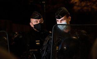 """Deux membres de la gendarmerie, à Paris, place du Trocadéro, lors de la manifestation contre le projet de loi """"sécurité globale"""", ce samedi."""