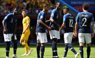 Varane et Pogba en discussions avec Pavard lors de Frane-Australie en Coupe du monde, le 16 juin 2018.