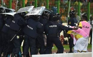Les joueurs ghanéens escortés par la police pour rentrer au vestiaire lors de la demi-finale de la CAN contre la Guinée Equatoriale, le 6 février 2015.