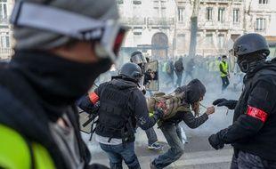 Une équipe de la BAC procède à une arrestation sur les boulevards après les premiers heurts avec des manifestants.