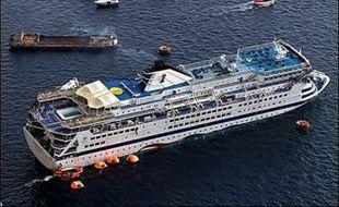 Le capitaine du bateau de croisière qui a coulé avec près de 1.600 personnes à bord en mer Egée a été convoqué samedi devant la justice grecque tandis que les recherches se poursuivaient pour retrouver deux touristes français portés disparus.