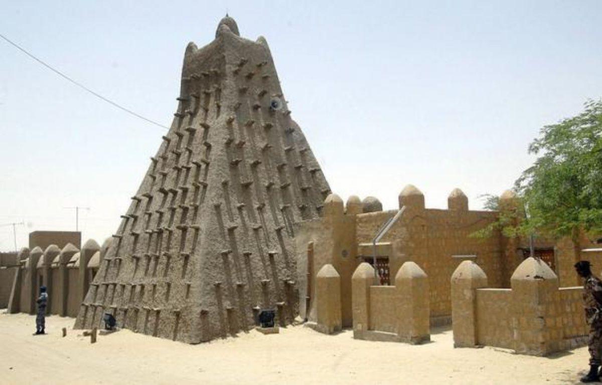 """Ansar Dine, un des groupes islamistes armés contrôlant le nord du Mali, va détruire samedi """"tous les mausolées"""" de saints musulmans de Tombouctou, ville inscrite cette semaine par l'Unesco sur la liste du patrimoine mondial en péril, a affirmé un porte-parole d'Ansar Dine. – Habib Kouyate afp.com"""