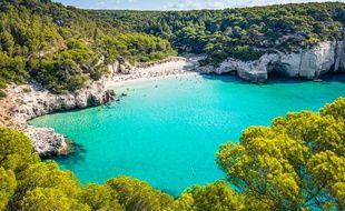 Les eaux bleu turquoise de la Cala Mitjana sur l'île de Minorque.