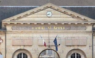 Deux médecins d'une clinique de Neuilly ont été condamnés à des peines de 30 et 9 mois de prison avec sursis mercredi par la cour d'appel de Versailles pour de graves négligences dans le suivi d'une patiente morte en 1998 après son accouchement, a-t-on appris de source judiciaire.