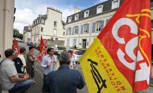 Le tribunal de commerce de Quimper a confirmé mardi la poursuite d'activité du groupe Doux, en redressement judiciaire, qui prévoit d'investir 30 millions d'euros sur 3 ans mais pourrait être contraint de se séparer d'une centaine de salariés, selon les organisations syndicales.