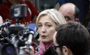 """La candidate du Front national, Marine Le Pen, a qualifié jeudi son adversaire du Front de Gauche, Jean-Luc Mélenchon, de """"nouveau Bernard Tapie"""", """"gros bourgeois qui joue le populaire"""" pour ramener des voix au PS."""