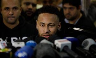 Neymar fait une déclaration à la presse à la sortie du commissariat de Rio, le 6 juin 2019.