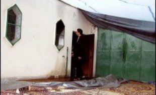 Quatre hommes, dont un militaire et un ancien hooligan supporteur du PSG, comparaîtront à partir de lundi devant la cour d'assises de Haute-Savoie pour avoir incendié en mars 2004 deux lieux de culte musulman à Annecy et dans sa banlieue.