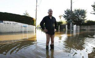 Un homme au milieu d'une rue inondée à Biot dans le sud-est le 4 octobre 2015