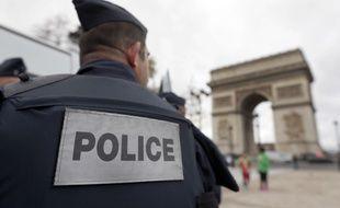 Un policer devant l'Arc de Triomphe, à Paris, le 17 novembre 2015.