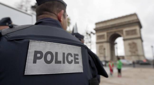 Un policer devant l'Arc de Triomphe, à Paris, le 17 novembre 2015. – Frank Augstein/AP/SIPA