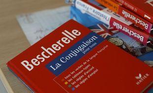 Des livres de conjugaison, de grammaire et orthographe Bescherelle.