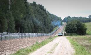 Une clôture entre la Pologne et la Biélorussie.