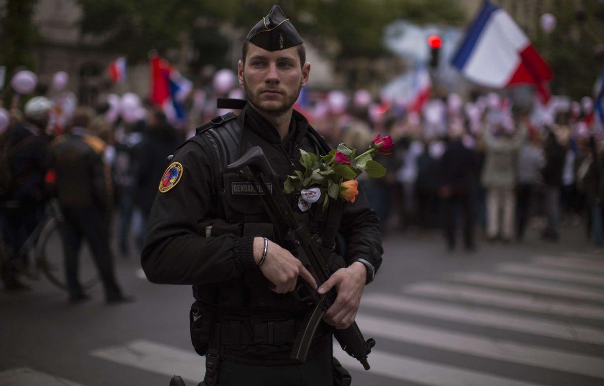 Un policier encadre une manifestation en soutien aux forces de l'ordre après l'attentat des Champs-Elysées, samedi 22 avril, à Paris. – Emilio Morenatti/AP/SIPA
