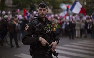Un policier encadre une manifestation en soutien aux forces de l'ordre après l'attentat des Champs-Elysées, samedi 22 avril, à Paris.