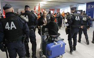 Des policiers surveillent une manifestation des agents de sûreté aéroportuaire, le 23 décembre 2011 à Roissy-Charles-de-Gaulle.