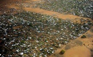 Quatre humanitaires étrangers ont été enlevés et leur chauffeur kényan a été tué vendredi lors d'une attaque contre un convoi du Norwegian Refugee Council (NRC) dans l'un des camps de réfugiés du complexe de Dadaab, au Kenya près de la Somalie, selon la police.