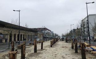 Des poteaux ont été installés pour les fondations de la villa Shamengo sur l'Allée Serr, à Bordeaux.