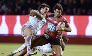 Toulon, en démonstration face à Bayonne (59-0), a accru son avance en tête du Top 14 de rugby devant Clermont, pénible vainqueur de Biarritz vendredi (19-12), et le Stade Toulousain, battu au Stade de France par le Stade Français (28-24) samedi lors de la 9e journée.