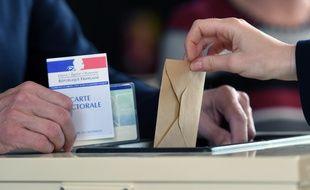 Un électeur dans un bureau de vote à Strasbourg, le 23 avril 2017.