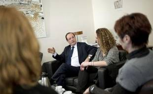 """""""Il y a un grand espoir en vous. Si les promesses ne sont pas tenues, les gens se tourneront vers les extrêmes"""": Jamel de Dreux, avec cinq autres internautes, ont bavardé lundi à bâtons rompus avec François Hollande, autour d'un café-macarons, à son QG de campagne."""