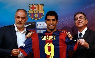 Andoni Zubizarreta (à gauche), directeur sportif du FC Barcelone, le 19 août 2014, lors du recrutement de Luis Suarez.