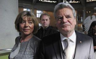 """Un ancien pasteur de RDA, Joachim Gauck, 72 ans, devrait être confortablement élu dimanche président de l'Allemagne, les chances de sa seule concurrente, la """"chasseuse de nazis"""" Beate Klarsfeld, étant quasi-nulles."""