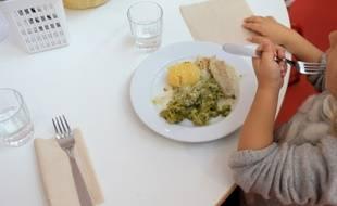 Un enfant déjeune dans une cantine (illustration).