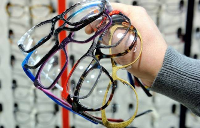 648x415 photo-illustration-opticien-tenant-paires-lunettes-main.jpg 9c8c550f6f1b