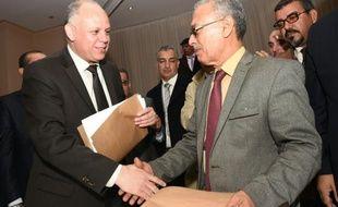 Le vice-président du Parlement de Tripoli non reconnu par la communauté internationale, Awad Mohammed Abdoul-Sadiq (G) et Ibrahim Fethi Amish de la Chambre des représentants de Libye, reconnu par la communauté internationale, après la signature d'un accord en vue d'un règlement politique du conflit, le 6 décembre 2015 à Tunis