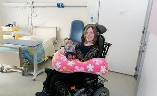 Une jeune maman qui a  bénéficié de la chambre adaptée du service de maternité de la clinique Sainte Anne.
