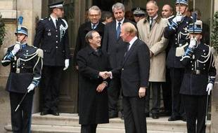 Brice Hortefeux accueille le nouveau ministre de l'Intérieur, Claude  Guéant sur le perron de l'hôtel Beauvau, le 28 février 2011 à Paris.
