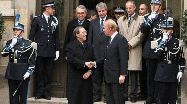Brice Hortefeux accueille le nouveau ministre de l'Intérieur, Claude  Guéant sur le perron de l'hôtel Beauvau, le 28 février 2011 à Paris. – CHESNOT/SIPA