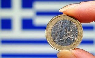 """L'agence de notation financière Standard and Poor's voit """"au moins une chance sur trois"""" que la Grèce sorte de la zone euro, selon un rapport publié lundi où elle relativise toutefois les risques de contagion."""