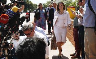 La ministre canadienne Chrystia Freeland arrive devant les journalistes, avec le sac contenant les précieux et bienvenus sorbets, le 30 août 2018 à Washington.