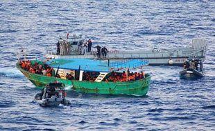 Une image de la Marine militaire italienne prise au cours d'une opération de sauvetage de migrants au large de la Sicile le 30 octobre 2013