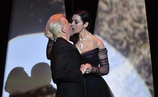 Monica Bellucci embrasse Alex Lutz, comme au cinéma, lors de la cérémonie d'ouverture du 70e Festival de Cannes, le 17 mai 2017.