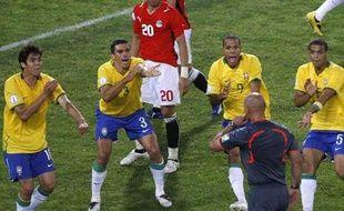 Lors du match contre l'Egypte à la Coupe des Confédérations, les Brésiliens réclament une main. L'arbitre met 3 minutes à leur accorder pénalty. Avec la vidéo?