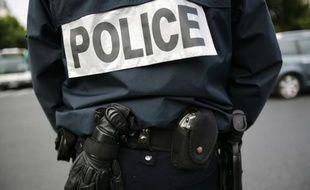 Une gardienne de la paix de 35 ans s'est suicidée avec son arme de service, dans la nuit de mercredi à jeudi, à son domicile, à Suresnes (Hauts-de-Seine), a-t-on appris jeudi de sources policières.