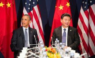 Le président américain Barack Obama (g) et son homologue chinois, Xi Jinging, le 30 novembre 2015 au lancement de la COP21, au Bourget, près de Paris