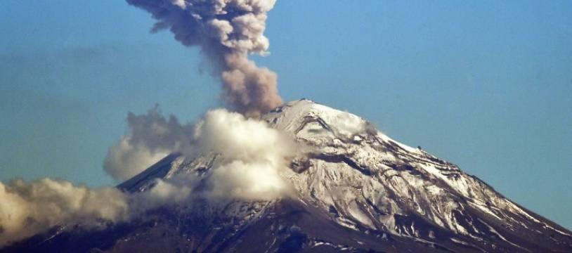 Le volcan Popocatépetl entre en éruption, le 2 décembre 2018.