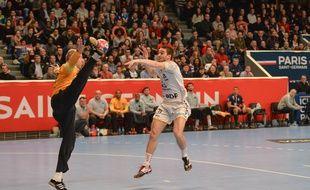 L'ailier croate Jerko Matulic face au gardien du PSG Thierry Omeyer.