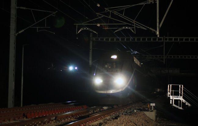 Un TGV d'essai arrive à Cesson-Sévigné près de Rennes lors d'essais nocturnes de la nouvelle ligne à grande vitesse (LGV).