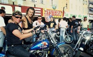 Johnny Hallyday sur sa Harley-Davidson à Saint-Tropez en 1990.