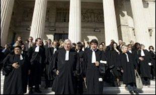 Les avocats de France, à l'exception des Parisiens, sont invités à cesser toute activité jeudi afin de contraindre le gouvernement à revaloriser l'indemnisation que leur verse l'Etat pour défendre les clients à faibles ressources qui touchent l'aide juridictionnelle.