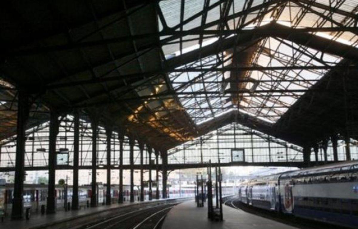 La CGT a indiqué mercredi qu'elle suspendait son appel à la grève à la gare Saint-Lazare à Paris où le trafic régional est perturbé depuis plus de deux semaines par un mouvement intersyndical, la direction prévoyant encore un train sur deux jusqu'à vendredi. – Thomas Coex AFP/Archives