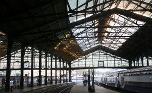 La CGT a indiqué mercredi qu'elle suspendait son appel à la grève à la gare Saint-Lazare à Paris où le trafic régional est perturbé depuis plus de deux semaines par un mouvement intersyndical, la direction prévoyant encore un train sur deux jusqu'à vendredi.