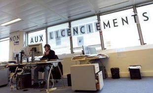 Le Tribunal de commerce de Paris a annoncé lundi la reprise du quotidien La Tribune par le tandem France Economie Régions (FER) et Hi-Media, qui propose de garder 50 des 165 salariés, dont 31 journalistes, avec une déclinaison hebdomadaire du journal.