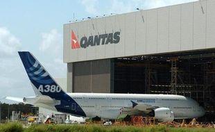 La compagnie aérienne australienne Qantas s'apprête à remettre en service deux de ses six Airbus A380 immobilisés début novembre après une grave avarie survenue en plein vol, a-t-elle indiqué mardi.